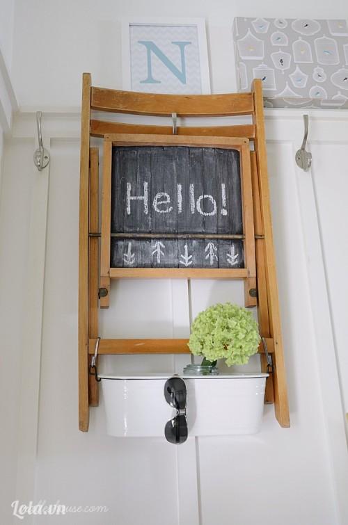 Biến chiếc ghế gỗ thành tấm bảng trang trí
