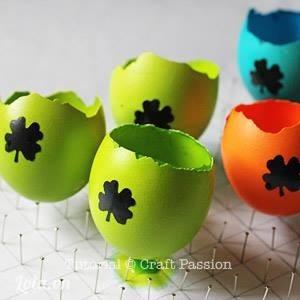 Sơn những quả trứng của bạn theo màu sắc mà bạn yêu thích rồi dán các họa tiết xinh xắn lên nhé!