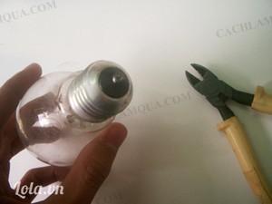 - Cắt phần phần nhựa cứng ở đuôi bóng đèn. Bước này bạn nên lấy một cái khăn trùm bóng đèn để tránh mạnh tay vỡ bóng đèn.