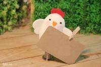 Dán thêm một tấm bảng nhỏ hoặc một chiếc kẹp giấy vào cánh của chú gà để bạn có thể kẹp giấy note vào nhé!