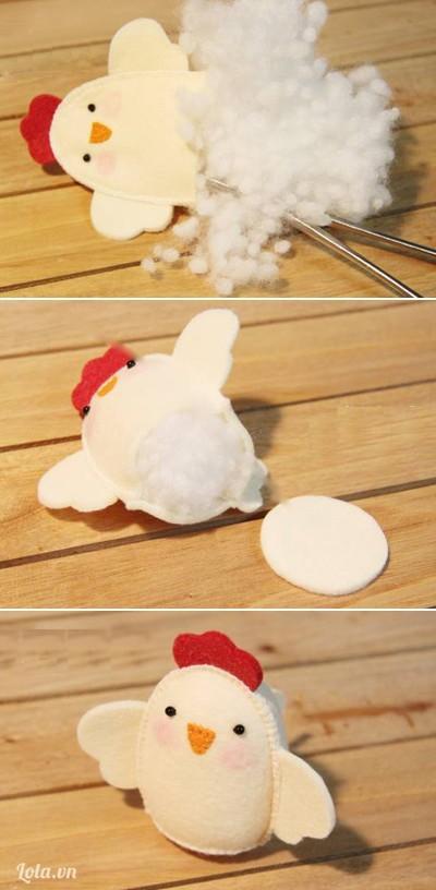 - Nhồi bông vào bên trong thân gà, cắt vải màu kem thành hình tròn nhỏ rồi khâu kín bên dưới.