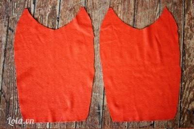 Bước 1:  Đầu tiên, chúng mình gập đôi miếng vải và cắt như hình. Ta sẽ có được hai hình giống nhau như thế này.