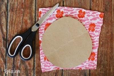 Bước 2:  Lấy miếng bìa cắt thành hình tròn, đặt lên mảnh vải hoa.
