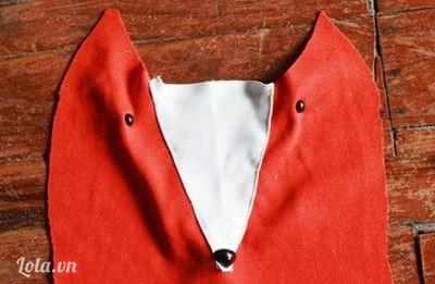 Bước 3:  Các ấy cắt 1 miếng vải trắng hình tam giác rùi may vào phần giữa hai tai. Sau đó, gắn khuy nhỏ màu đen cho mắt và khuy to hơn chút cho mũi.