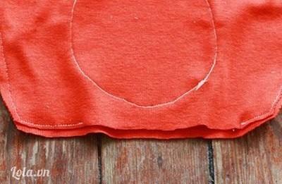 Bước 4:  Mình xếp trái hai miếng vải rùi may drap hai mảnh vào với nhau và để chừa lại một lỗ nhỏ để nhồi bông nhé. Tiếp theo, may hình tròn vào phía trước của chú cáo.