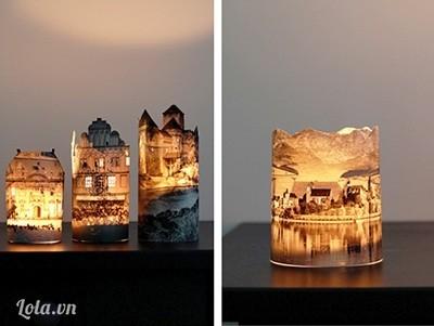 Bước 4:   - Cắt một miếng giấy các-tông tròn sao cho để khớp với mặt đáy hình trụ, cố định bằng băng keo rồi cho đèn vào bên trong.  Chú ý: Giấy rất dễ bắt lửa. Vì vậy, nếu muốn dùng nến để thắp sáng, bạn đặt nến vào một chiếc ly thủy tinh và trang trí ảnh bên ngoài nhé!