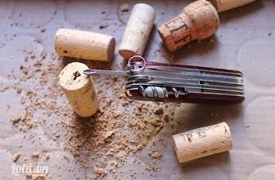 Bước 1:  - Dùng tuốc-nơ-vít đục 1 lỗ nhỏ ở mặt trên nắp chai.