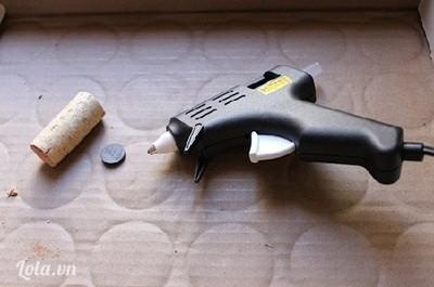 Bước 3:  - Nếu thích đính các cây xương rồng lên bàn học hoặc tủ lạnh, bạn có thể gắn 1 miếng nam châm vào thân nắp gỗ.