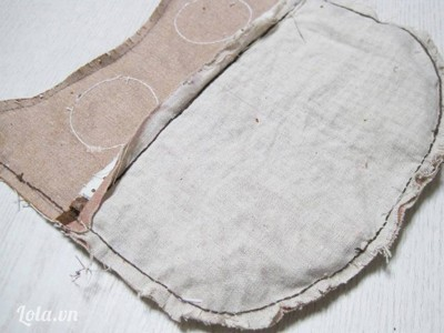 - Khâu đường viền mép vải quanh thân túi, chừa trống phần miệng túi, lộn mặt phải túi ra ngoài.