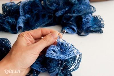 Cuối cùng bạn gỡ kim băng ra, rũ và xếp lại khăn xuôi một nếp bèo là hoàn thành.
