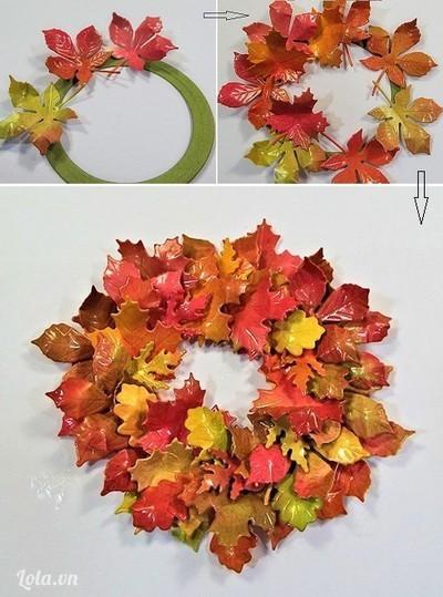 Cắt một khung tròn nhỏ vừa lòng thiệp rồi dán lá vòng quanh khung tròn đó, xen kẽ lá ở các nhóm đã chia, tạo hình một vòng lá. Bạn có thể dán lá lên một tấm bìa hình trái tim hay theo sự sáng tạo của riêng bạn.