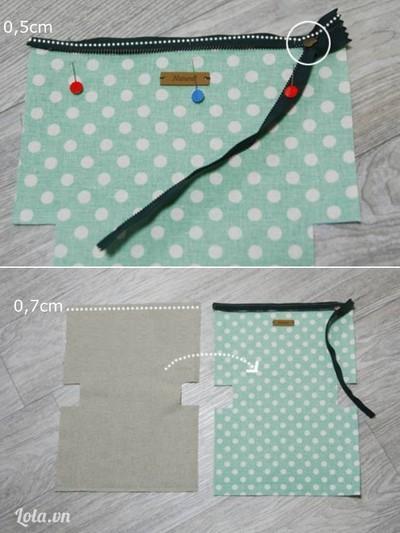 Úp mặt phải dây khóa vào mặt phải của vải túi sao cho biên dây khóa và biên vải miệng túi trùng nhau, ghim cố định, khâu đường thẳng cách mép vải 0,5cm. Úp mặt phải vải lót túi lên vải túi, biên vải lót túi trùng với biên vải túi, may đường thẳng cách mép vải 0,7cm.