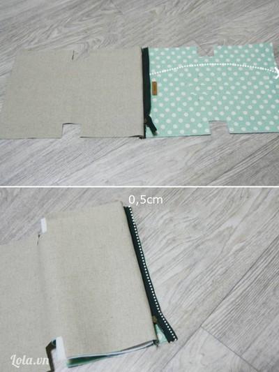 Sau khi may xong trải rộng vải túi và vải lót sang hai bên (mặt phải bên trên), dây khóa kéo nằm ở giữa. Gấp mép dây khóa kéo sang phải (hướng mũi tên) trùng với mép biên vải miệng túi, khâu đường thẳng cách mép vải 0,5cm.