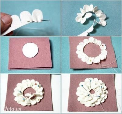Phần điệu đà nhất của chiếc ví là bông hoa vải dạ nhiều lớp cánh. Bạn cắt dải cánh thật dài để tiện cuộn hoa. Trước tiên bạn khâu thường sát mép chân cánh hoa, rút chỉ cho vải chun nhún nhẹ. Vẽ một hình tròn giấy trên trung tâm của một nửa vỏ ví, sau đó ghim dải cánh hoa theo sát mép vòng tròn khép kín thành lớp cánh rộng đầu tiên. Các lớp cánh phía trong được xếp theo vòng tròn đồng tâm nhưng nhỏ dần tới khi lỗ hổng giữa hoa chỉ còn như một chiếc cúc. Khâu đính chặt chẽ chân cánh hoa vào vỏ ví.