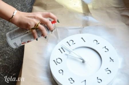 Bước 1:  Trước tiên, các ấy sơn trắng phủ kín toàn bộ đồng hồ.
