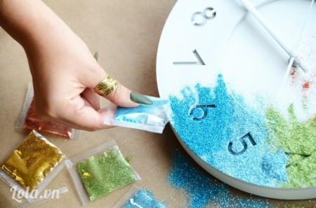 Bước 4:  Tiếp tục, rắc tiếp các màu khắc cho hết vòng tròn của đồng hồ này.
