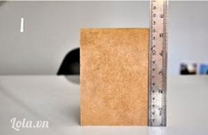 Bước 1:  Đầu tiên, các ấy dùng thước kẻ đo chiều ngang, dọc của hộp giấy ăn.