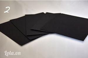 Bước 2:  Cắt thành 5 miếng với giấy màu đen.