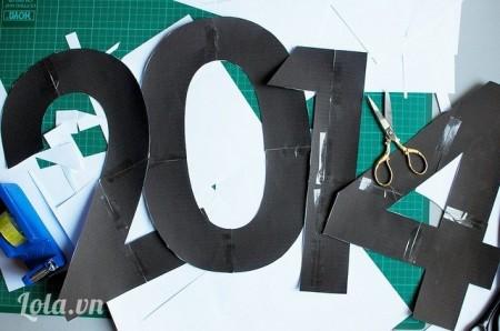 Bước 1:Trước tiên, các ấy vẽ và cắt mẫu tạo hình năm 2014 trên giấy.