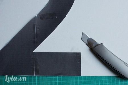 Bước 2:Đặt mẫu lên bìa rồi cắt theo cho chuẩn.