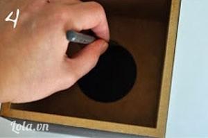 Bước 4:  Phần lỗ lấy giấy bạn cũng khoanh tròn bằng bút bi.