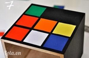 Bước 7:  Dán các miếng giấy màu như thế này lên xung quanh hộp để giống rubik.