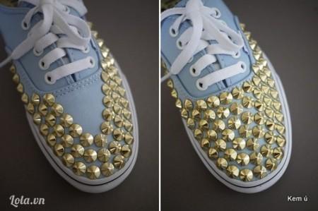 Nạm đinh tán phủ kín mũi giàyPhủ kín mũi giày với đinh tán đã dính keo 502, keo nến theo hình chữ V nhé. Bật mí này, nếu bạn không muốn phủ kín mũi giày bằng đinh tán, có thể nạm đinh theo hình thù bạn thích nhé.