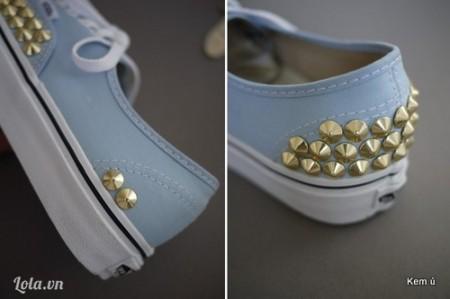 Nạm đinh trang trí phần gót giày với đinh tánTương tự với mũi giày, bạn có thể lần lượt nạm đinh kín gót giày. Nạm đinh theo viền chỉ của giày sẽ giúp bạn định hướng hàng đinh tán rõ ràng hơn đấy. Hoặc bạn có thể nạm đinh theo hình riêng của mình, không cần kín mũi giày.