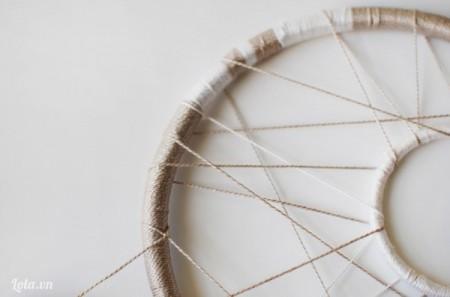 Khéo léo đan từng sợi chỉ để có họa tiết theo ý mình