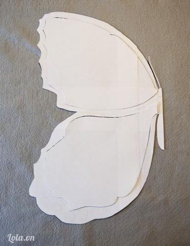 Vẽ hình mẫu cánh bướm (cả phần to và nhỏ) lên giấy báo như thế này bạn nhé!