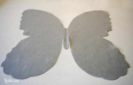 Áp mẫu lên vải nỉ, vải dạ và cắt phần cánh bướm to bên ngoài ra