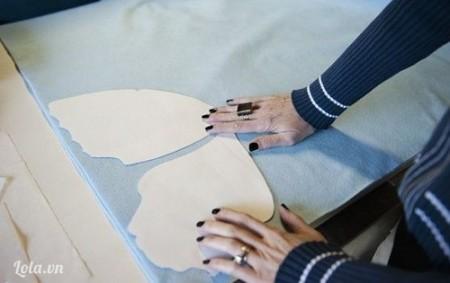 Tiếp theo cắt phần cánh bướm nhỏ bên trong phần to (trên tờ giấy) ra, áp vào tấm vải nỉ/vải dạ nỉ màu khác và cắt theo.