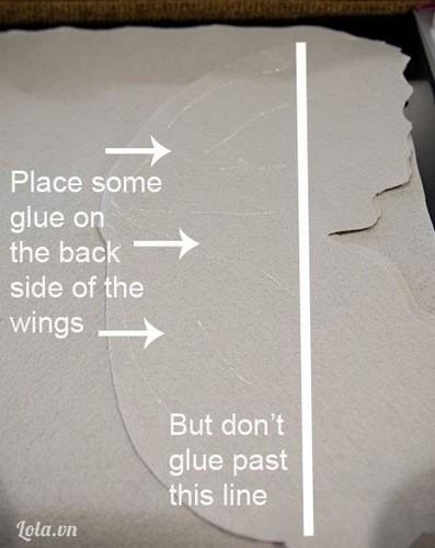 Sau đó dùng keo dán lờn các đường bên trong cánh bướm như hình vẽ để cố định vải khi may.