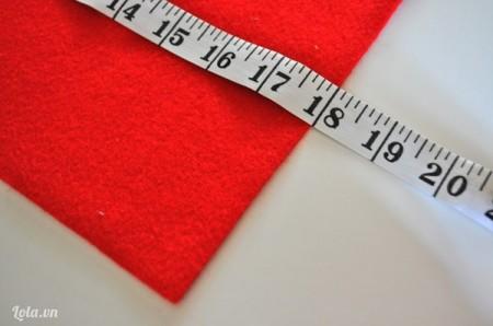 """Đo kích thước gối handmade bạn định may. Cắt một mảnh vải nỉ bằng với kích thước của ruột gối để làm vỏ gối handmade. Ở đây bánh đa sử dụng vải lót gối cỡ 18"""" x 18"""" nên mảnh vải dạ nỉ sẽ có kích thước lớn hơn 18"""" x18""""một chút."""