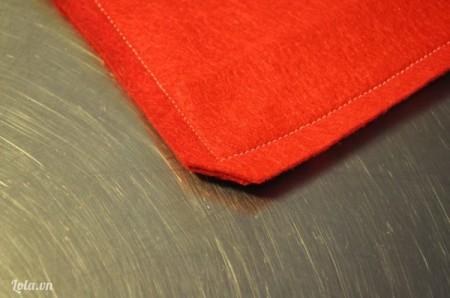 Hoàn thành mặt sau của gối handmadeĐặt 2 mảnh vải dạ nỉ hàn quốc vừa cắt chồng lên phần vải nỉ mềm đầu tiên (phần vải nỉ đã gắn hình trái tim ấy). Sau đó khâu 4 cạnh xung quanh lại với nhau. Để cẩn thận, bạn nên sử dụng kim khâu hay ghim cố định các mảnh vải dạ nỉ lại với nhau rồi khâu thì chúng sẽ không bị lệch và cân đối hơn