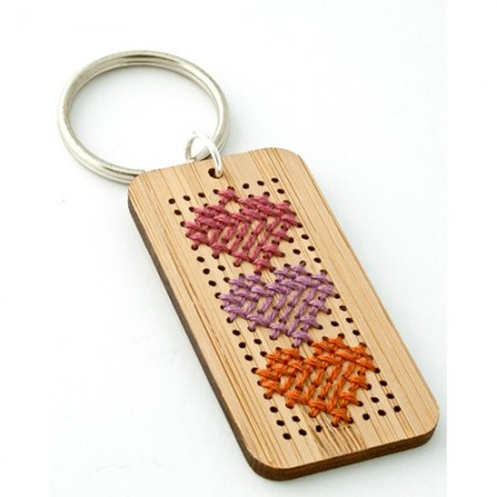Móc chìa khóa gỗ cross-stitch rất độc đáo và tiện lợi, thích hợp làm quà tặng sinh nhật, quà tặng người yêu, quà tặng bạn trai, quà tặng bạn gái,…