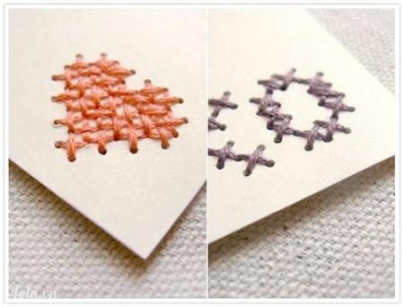Hãy viết tên người nhận và gắn vào thẻ tên cross-stitch vào quà bạn nhé