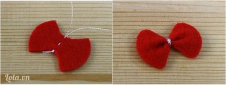 Làm nơ trang trí cho móc khóa vải nỉCắt vải dạ nỉ màu đỏ như hình và dùng kim chỉ khâu chặt giữa miếng vải dạ, bạn sẽ được chiếc nơ như hình. Bây giờ chỉ cần dùng kim chỉ khâu vào phần vải dạ nỉ nâu làm tóc của móc khóa nỉ thôi