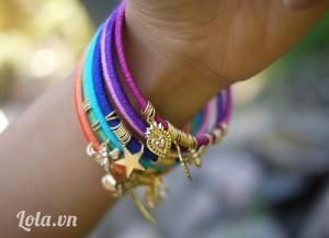 Làm nhiều cái với các màu khác nhau, bạn sẽ có một bộ vòng tay handmade cực độc luôn. Trông xinh nhỉ ♡