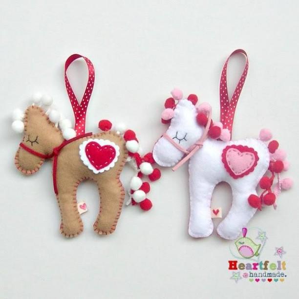 móc khóa ngựa tim đôi
