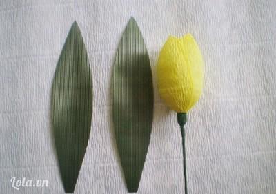 Bước 6:- Cắt 2 tấm nhựa xanh (hoặc giấy nhún xanh) hình chiếc lá dài.