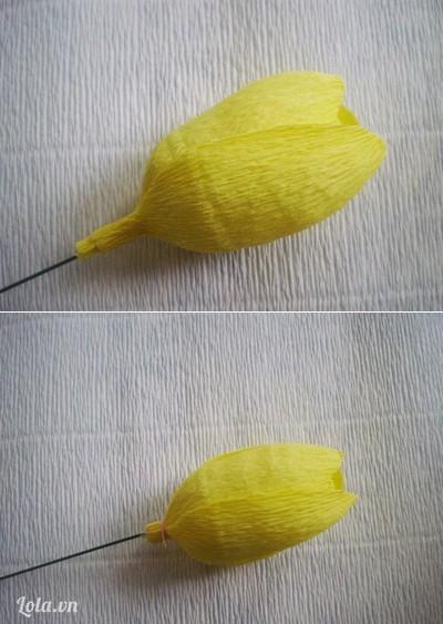 Bước 4:- Tiếp theo, đặt 3 cánh hoa bên ngoài xen kẽ với 3 cánh hoa bên trong, lấy chỉ buộc cố định bên dưới bông hoa.