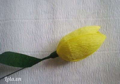 Bước 5:- Cắt dải giấy nhún màu xanh dài quấn bọc bên ngoài làm cành hoa.