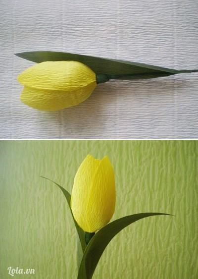 Bước 7:- Dùng súng bắn keo dán cố định 2 chiếc lá vào cành hoa. - Tương tự như vậy, bạn làm thêm nhiều cành hoa khác để cắm thành bình hoa tulip.