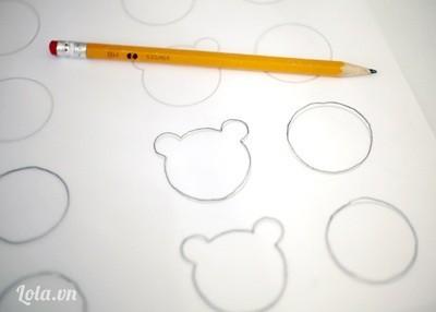 Bước 5:  - Để bánh có hình mặt gấu các bạn sẽ cần vẽ mặt gấu ra giấy nến rồi lật mặt vẽ xuống dưới.