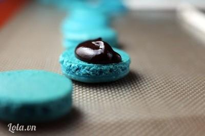 Bước 8:  - Cho nhân vào giữa 2 chiếc bánh. Có thể dùng chocolate đung chảy để làm nhân.