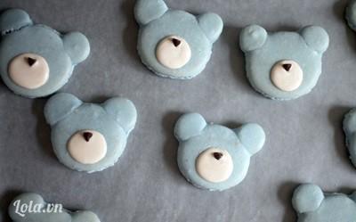 Bước 9:  - Phết một ít chocolate trắng hình bầu dục ngang lên mặt gấu rồi nhanh tay đặt chocolate chip để làm mũi cho gấu.