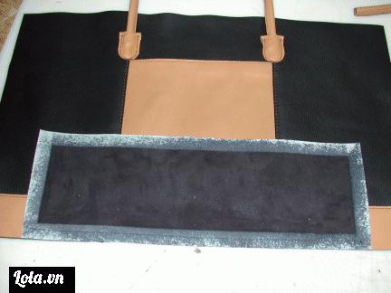 Một phần không thể thiếu của chiếc túi đó chính là đáy túi, tiếp đây chúng ta sẽ cắt thêm một mảng da làm đáy túi nhé. Phần da làm đáy túi có kích thước chiều dài gần bằng chiều dài của 1 mặt bên và có độ rộng tuỳ theo nhu cầu của mỗi người nhé, ở đây phukienthoitrang168 sẽ lấy chiều rộng cho đáy túi là 12cm ( Với đáy túi có độ rộng 12cm ta nên cắt da rộng 14 hoặc 15cm bạn nhé ) sau đó dán keo xung quanh mép dáy như hình dưới bạn nhé.