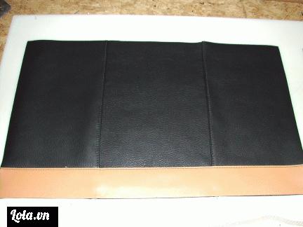 Bạn hãy cắt lấy 3 mảng da lớn cùng màu và 1 mảng nhỏ hơi dài hơn 3 mảng da kia, nhưng hãy khéo léo để sao cho khi ta ghép 4 mảng da lại chúng sẽ khớp với nhau như trong hình dưới nhé.