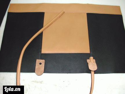 Tiếp theo mình sẽ gắn 2 chiếc quai xách mới làm vào phần mặt túi nhé, để cho chiếc túi có tính thâm mỹ & xinh xắn hơn mình cắt thêm 2 miếng xíu da để giúp giữ phần chân quai gắn vào túi nhé.